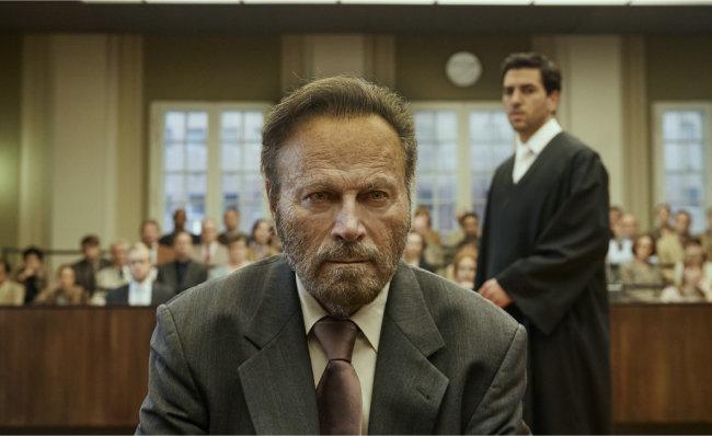 법정에 선 파브리치오 콜리니와 그를 변호하는 라이넨 변호사. [콘스탄틴 필름 제공]