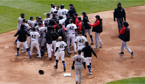 4월 16일 미국 일리노이주 시카고 개런티드 레이트 필드에서 열린 시카고 화이트삭스와 클리블랜드의 메이저리그 경기 1회말 도중 양 팀 선수단이 그라운드 위에서 몸싸움을 벌이고 있다. [AP=뉴시스]