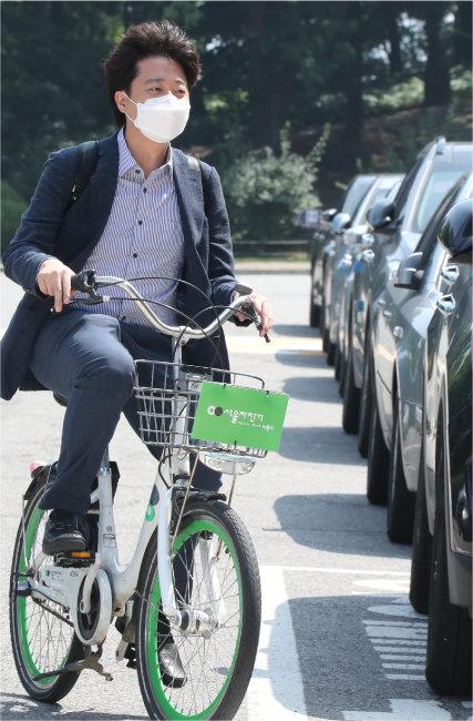 이준석 국민의힘 대표가 6월 13일 서울시 공공자전거 '따릉이'를 타고 국회의사당으로 첫 출근을 하고 있다. [사진공동취재단]