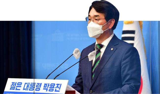 대선 출마를 선언한 박용진 더불어민주당 의원이 6월 10일 국회 소통관에서 정책 관련 기자회견을 하고 있다. [뉴스1]