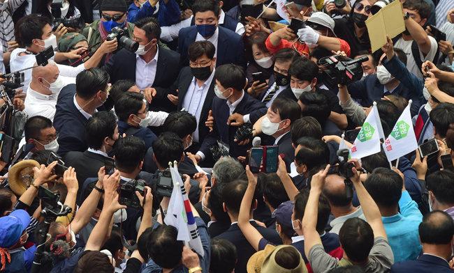 윤석열 전 검찰총장이 '국민 기자회견'을 마친 뒤 경호원에 둘러싸여 행사장을 나서고 있다. [뉴스1]