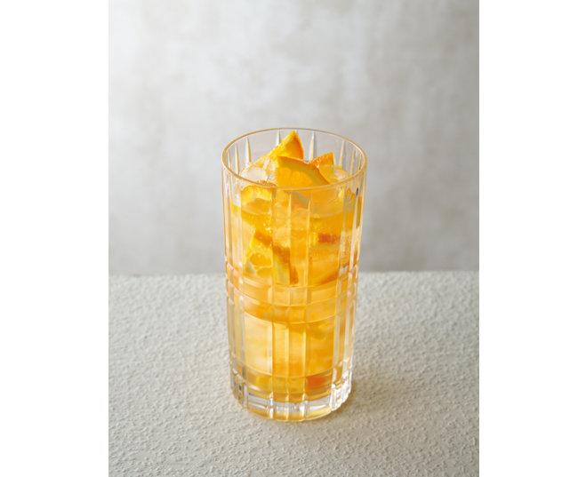 유리잔에 오렌지 조각과 얼음을 채우고, 차갑게 식힌 철관음 차와 탄산수를 부어 만든 '오렌지 철관음 스쿼시'.
