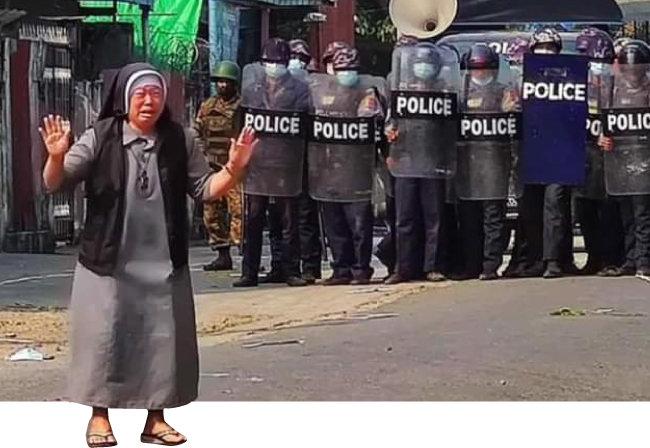 2월 28일 미얀마 북부 카친주에서 한 수녀가 양손을 들고 경찰의 진압 자제를 당부하고 있다. [AP 뉴시스]