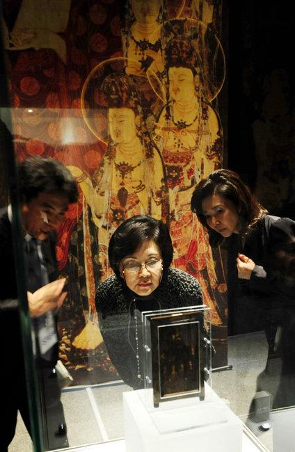2010년 10월 11일  서울 용산구 국립중앙박물관에서 열린 '고려불화대전-700년 만의 해후' 개막식에 참석한 홍라희 전 리움미술관장(가운데)이 전시를 관람하고 있다. [뉴시스]