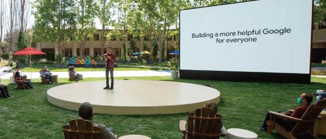 순다르 피차이 구글 CEO가 5월 18일 미국 캘리포니아 구글 본사에서 열린 연례개발자회의(I/O)에서 언어 인공지능(AI) 모델 '람다(LaMDA·Language Model for Dialogue Applications)'를 소개하고 있다. [구글 제공]