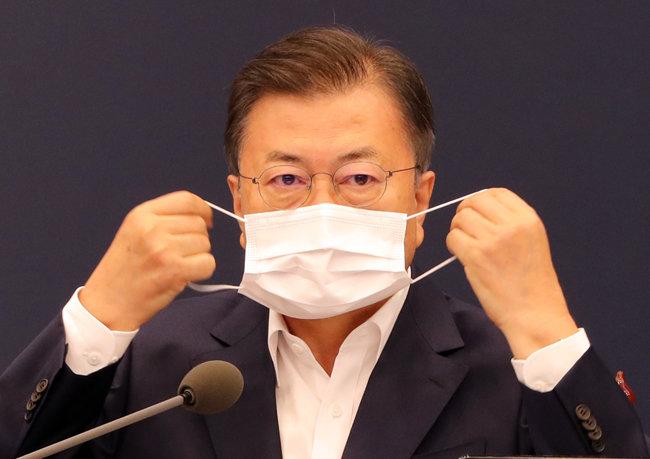 문재인 대통령이 5월 3일 청와대 여민관에서 열린 '2차 코로나19 대응 특별방역 점검 회의'에서 발언을 한 뒤 마스크를 쓰고 있다. [청와대 사진기자단]