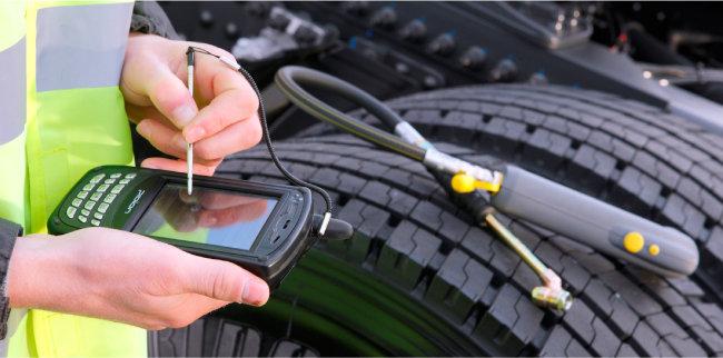 디지털 트윈 시뮬레이션을 통해 타이어 수명 연장 및 성능 개선 작업을 하고 있는 '브리지스톤'의 타이어 상태 점검서비스 모습. [브리지스톤 제공]