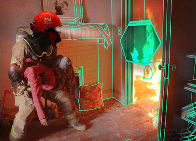미국 '퀘이크 테크놀로지'가 개발한 소방관용 특수 헬멧 '시스루(C-thru)'를 착용하면 연기가 자욱한 화재 현장에서도 사물 윤곽을 쉽고 뚜렷하게 파악할 수 있다. [퀘이크 테크놀로지 제공]