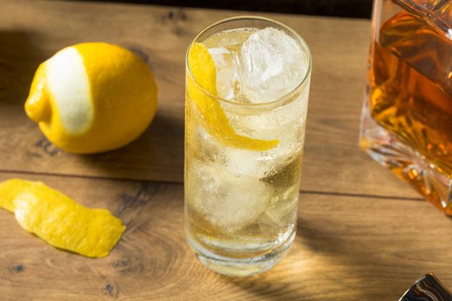 하이볼에 얇게 썬 레몬이나 오렌지 껍질 등을 더하면 더욱 산뜻하게 즐길 수 있다. [Gettyimage]