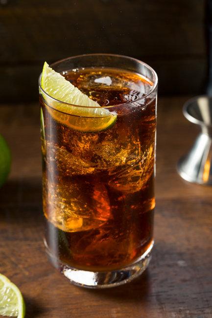 럼과 콜라를 섞어 만든 하이볼. 하이볼을 만들 때 알이 굵은 얼음을 넣으면 술을 좀 더 오래 음미할 수 있다. [Gettyimage]