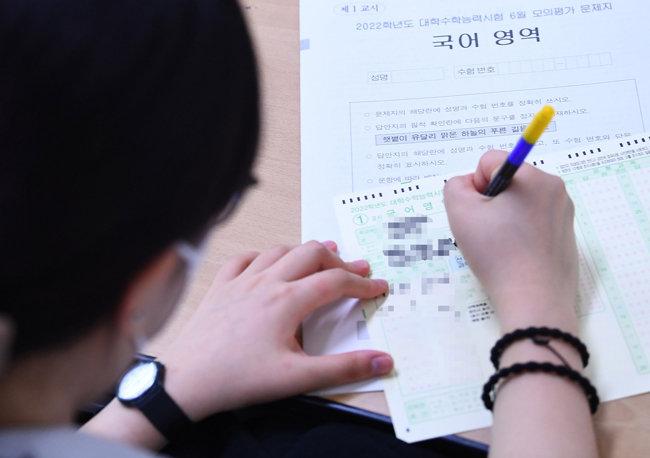 한국사회에서 능력주의를 상징하는 가장 대표적인 사례가 대학수학능력시험(수능)이다. 2022학년도 수능 첫 모의평가가 실시된 지난 6월 3일 서울 마포구의 한 고등학교에서 학생들이 시험을 보고 있다. [뉴스1]