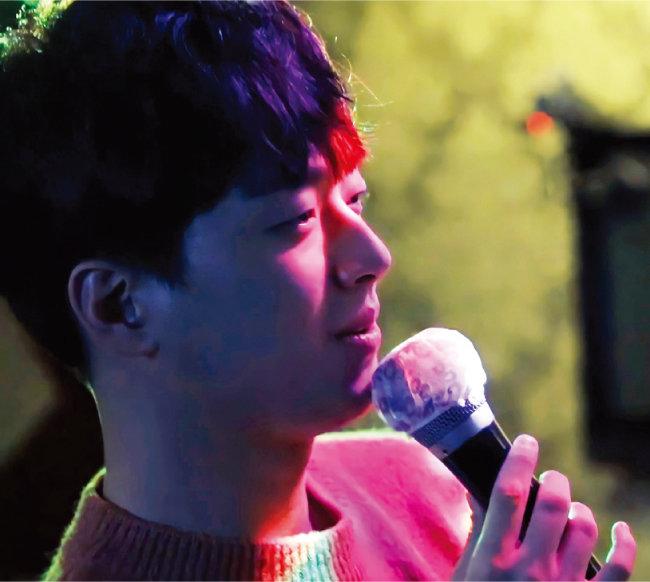 지난해 3월 특집 프로그램 '미스터트롯의 맛'에 출연한 이찬원. 친구들과 찾은 노래방에서 발라드곡을 부르고 있다. [TV조선 '미스터트롯의 맛' 방송 화면 캡처, 찬스 '라울' 제공]
