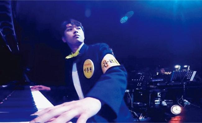 5월 20일 예능 프로그램 '뽕숭아학당'에 출연한 이찬원. 멋진 피아노 연주 솜씨와 백지영과의 컬래버 무대를 선보였다. [이찬원 인스타그램]