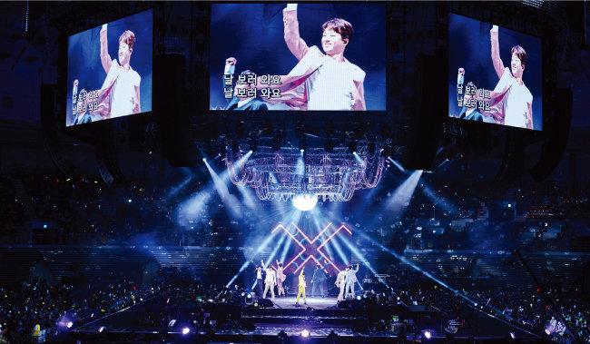 지난해 8월 '미스터트롯' 콘서트에서 팬들의 환호에 손을 들어 화답하는 이찬원. [쇼플레이 제공]