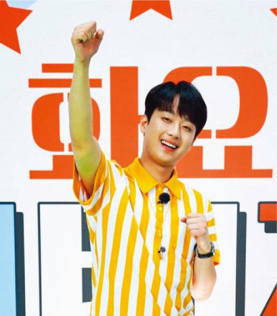 지난 4월 27일 TV조선 예능 프로그램 '화요청백전'에서 MC 데뷔 신고식을 치른 이찬원. [TV조선 제공]