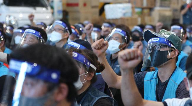 6월 9일 서울 송파구 장지동 서울복합물류센터에 모인 택배노조원들이 집회를 열고 있다. [뉴시스]