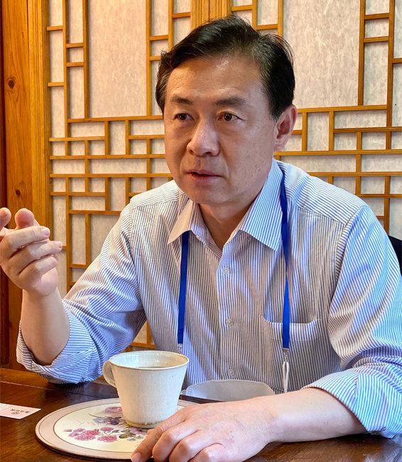 """7월 12일 김영춘 전 해양수산부 장관은 """"중소 선사에 대한 공정위 측의 과징금 예고는 재고돼야 한다""""며 """"15년간 거래를 묶어서 과징금을 내라고 하는 것은 모두 죽으라는 소리나 다름없는 가혹한 조치""""라고 강조했다. [허문명 기자]"""
