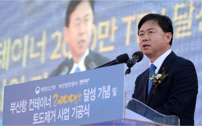2017년 12월 26일 당시 김영춘 해양수산부 장관이 부산신항 한진해운부두에서 열린 '부산항 컨테이너 2000만 TEU(1TEU는 20피트짜리 컨테이너 1개) 달성 기념식'에 참석해 축사를 하고 있다. [뉴스1]