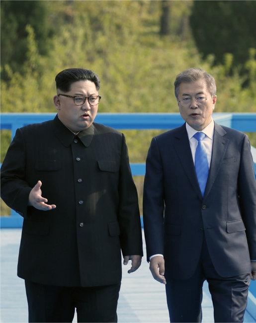 2018년 4월 27일 문재인 대통령과 김정은 국무위원장이 판문점 도보다리 위에서 이야기를 나누고 있다. [사진공동취재단]