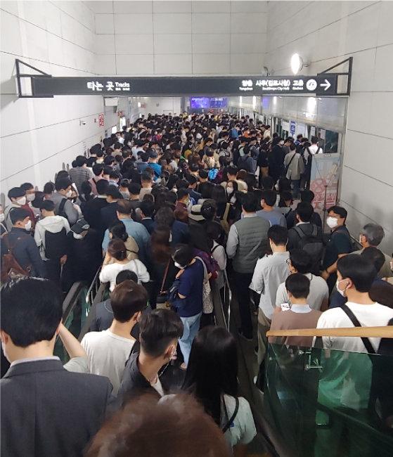 출근 시간 혼잡한 '김포골드라인'의 김포공항역. 김포골드라인의 출퇴근 시간 열차 혼잡도는 285%에 달한다. [독자 제공]