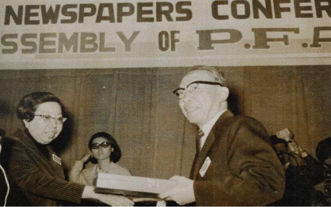 1968년 4월 17일 서울에서 열린 아시아신문재단 총회 폐회식에서 고재욱 당시 동아일보 사장(오른쪽)이 감사패를 받고 있다. [동아DB]