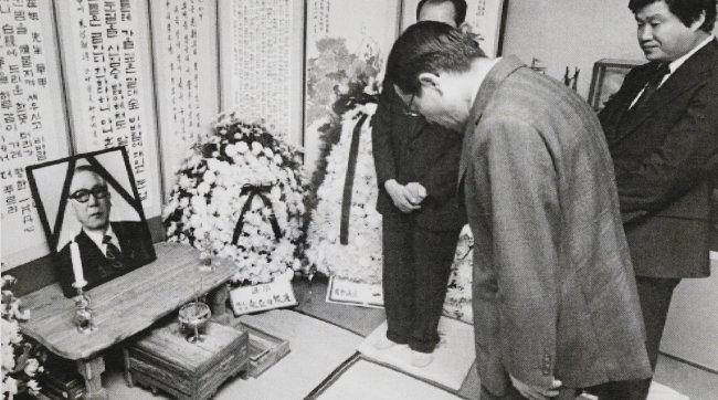 1976년 6월 22일 김종필 당시 국무총리가 고재욱 전 동아일보 회장 빈소를 찾아 조문하는 모습. [동아DB]