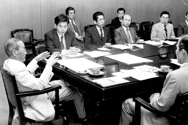 1978년 해외사업추진위원회에 참석한 이건희 회장이 이병철 선대 회장의 말을 경청하고 있다. [삼성 제공]