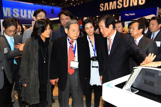 이건희 회장을 비롯한 삼성 일가가 2010년 1월a 미국 라스베이거스에서 열린 '국제가전전시회(CES) 2010'을 참관하고 있다. [삼성 제공]