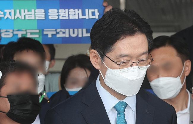 댓글 조작 등 혐의로 징역 2년의 실형이 확정된 김경수 경남지사가 7월 21일 오전 경남도청을 나서고 있다. [뉴스1]