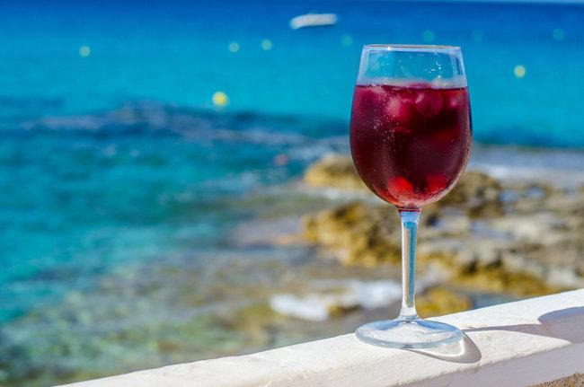 레드와인을 바탕으로 만든 상그리아는 한여름에 시원하게 즐기기 좋은 술이다. [GettyImage]