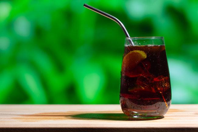 같은 양의 레드 와인과 콜라를 섞어 만드는 칼리모초. '방콕'하지만 분위기를 내고 싶은 여름 휴가에 어울린다. [GettyImage]
