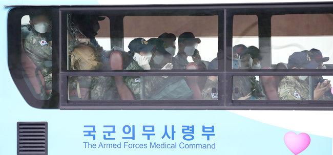 7월 20일 경기 성남 서울공항에서 청해부대 장병들이 버스를 타서 이동하고 있다. 청해부대 장병 전원은 신종 코로나바이러스 감염증(코로나19) 집단감염 발생으로 이날 전격 귀국했다. [뉴스1]
