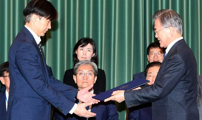 문재인 대통령이 2019년 9월 9일 오후 청와대에서 조국 신임 법무부 장관에게 임명장을 수여하고 있다. [사진공동취재단]