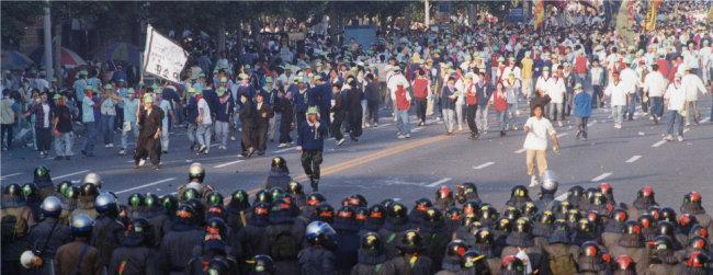 1993년 5월 29일 한국대학총학생회연합(한총련) 소속 대학생 5만여 명이 서울 안암동 고려대에서 출범식을 마친 뒤 서울 도심으로 진출해 가두시위를 벌였다. [동아DB]