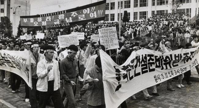 1987년 5월 11일 광주 전남대에서 '호남 학생연합건설준비위' 발족식을 치른 5개대 학생대표들과 전남대생 700여 명이 교내 시위를 하고 있다. [동아DB]