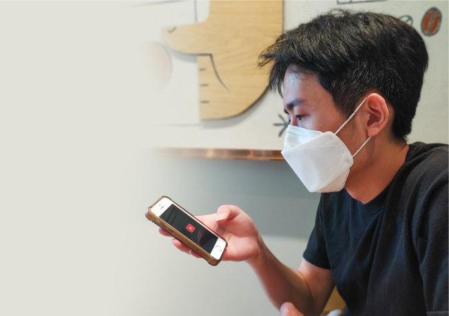공준범(26) 씨가 6월 20일 한 카페에서 인터뷰하던 도중 유튜브 앱에 접속하고 있다. [김민건 제공]