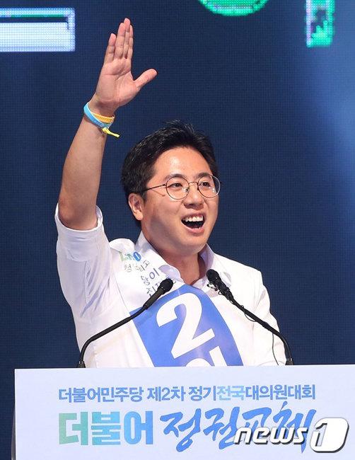 2016년 8월 27일 서울 송파구 올림픽공원 체조경기장에서 열린 더불어민주당 전국대의원회의에서 이동학 당시 청년최고위원후보가 정견 발표를 하고 있다. 그는 2015년 새정치민주연합 혁신위원회에서 '86용퇴론'을 주장하며 이목을 끌었다. [뉴스1]