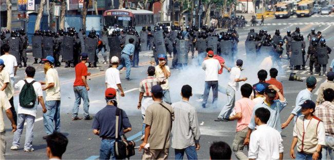 1996년 5월 26일 한국대학총학생회연합 소속 대학생 5000여 명이 연세대에서 '5·18 미국개입 규탄 및 미국의 공개사과 촉구대회'를 연 뒤 가두시위를 벌이고 있다. [동아DB]