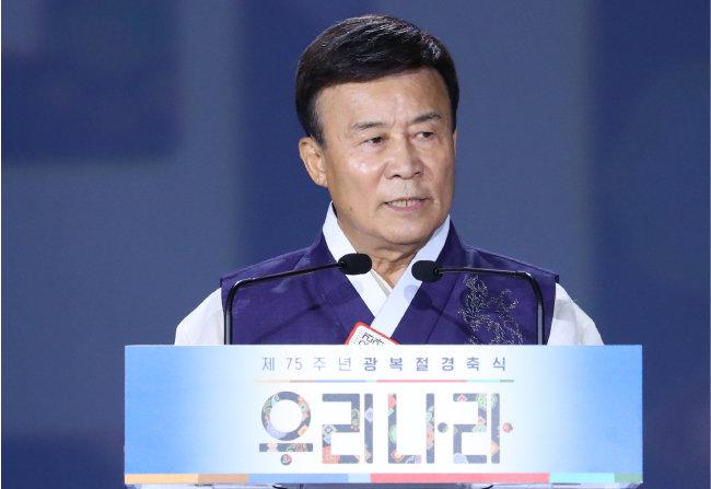 김원웅 광복회 회장이 지난해 8월 15일 서울 중구 동대문디자인플라자에서 열린 제75주년 광복절 경축식에 참석해 기념사를 하고 있다. [뉴시스]