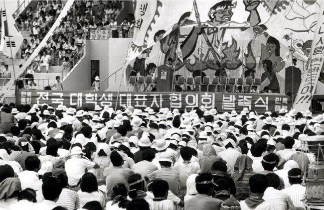 1987년 8월 19일 오후 전국대학생대표자협의회(전대협) 소속 학생 3500여 명은 충남대 운동장에서 전대협 발족식을 열었다. [동아DB]