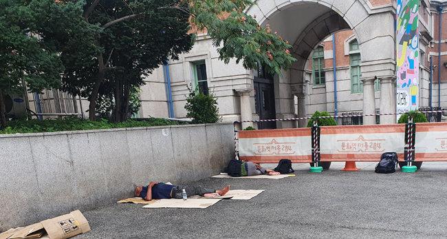 7월 20일 오후 1시 서울역 광장 풍경. 더위를 피할 곳이 없어 폭염에 그대로 노출된 노숙인들이 보인다. [오홍석 기자]