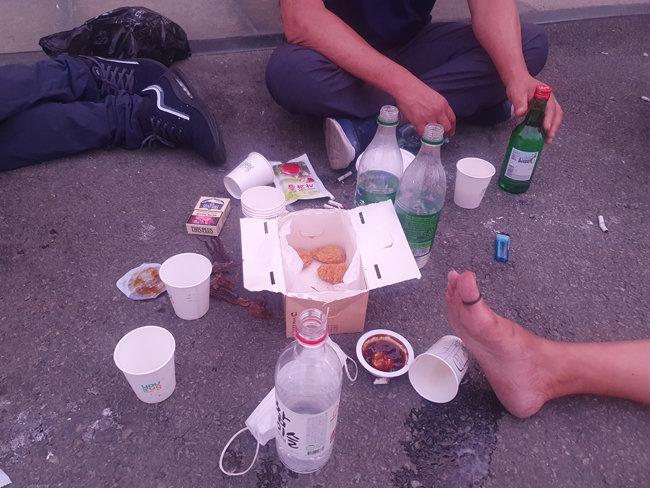 노숙인 상당수는 매달 20일 정부로부터 기초생활수급비를 받는다. 기자가 서울역을 찾은 7월 20일, 기초생활수급비를 받은 노숙인들 술상에는 치킨 한 마리가 놓여 있었다. [오홍석 기자]