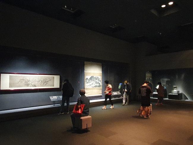 국립중앙박물관에서 열린 '위대한 문화유산을 함께 누리다-고 이건희 회장 기증 명품전'에서 한 관람객이 겸재 정선의 인왕제색도를 감상하고 있다. [오홍석 기자]