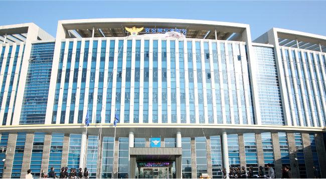 2019년 11월 14일 경북경찰청 사이버수사대는 매크로 프로그램으로 온라인에서 아이돌 그룹의 공연 티켓을 구매, 원가의 10배에 달하는 가격으로 판매한 '매크로 암표 조직' 일당 22명을 붙잡았다. [뉴시스]