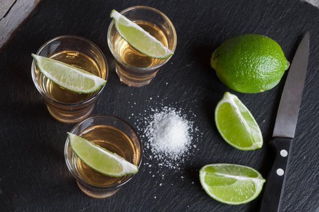 소금과 함께 마시는 데킬라는 코를 탁 때리는 향이 매력적인 술이다. [GettyImage]