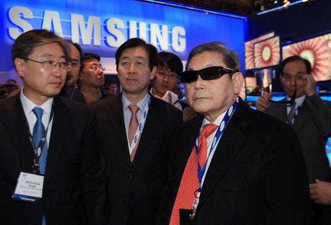 이건희 회장이 2010년 1월 9일(현지시간) 미국 라스베이거스에서 개최된 'CES 2010'를 참관하는 모습. [삼성전자 제공]