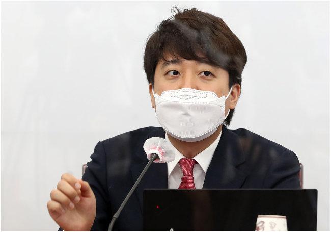 6월 24일 이준석 국민의힘 대표가 서울 여의도 국회에서 열린 최고위원 회의에서 발언하고 있다. [뉴스1]