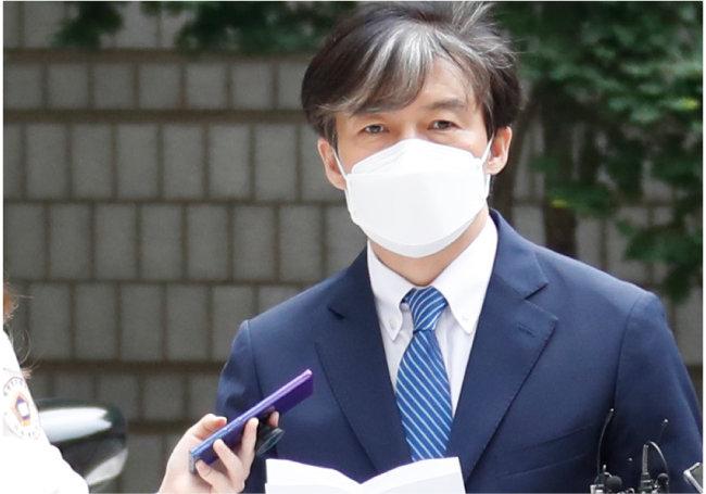 7월 9일 조국 전 법무부 장관이 서울 서초구 중앙지방법원에서 열린 공판에 출석하기 전 기자들의 물음에 답하고 있다. [뉴스1]