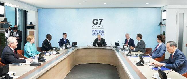 6월 12일 영국 콘월에서 열린 G7 확대회의. 문재인 대통령(왼쪽에서 네번 째) 등 세계 정상들은 이번 회의에서 기후변화 관련 재무정보 공개협의체(TCFD)의 기후 리스크 관련 공시를 의무화하기로 결의했다. [뉴시스]