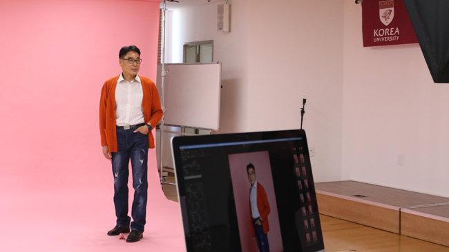 박영화(60) 씨가 고려대 평생교육원 시니어 모델연기 과정의 포토포즈 수업에 참여하고 있다. [이지은 제공]